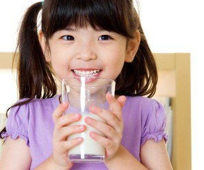 Ingin tumbuh tinggi dengan minum susu? Benarkah demikian?