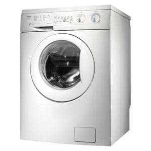 menggunakan mesin cuci untuk mencuci boneka