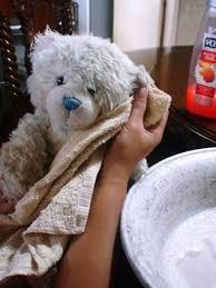 mencuci boneka secara manual